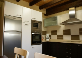 Cocina con armarios blancos y negros