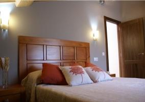 Dormitorio de matrimonio con mesilla