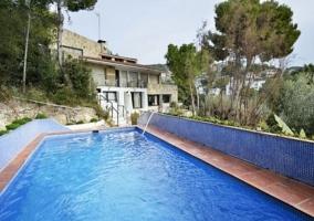 Acceso a la casa con piscina ysus chorros