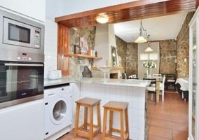 Cocina office con banquetas en madera