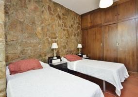 Dormitorio doble con paredes de piedra natural