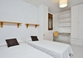 Dormitorio doble en blanco con detalles de madera