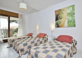 Dormitorio triple con camas individuales y cuadro
