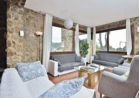 Sala de estar con sillones en color blanco