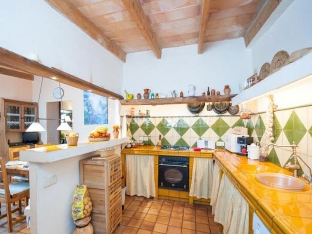 Cocina con azulejos en tonos joviales