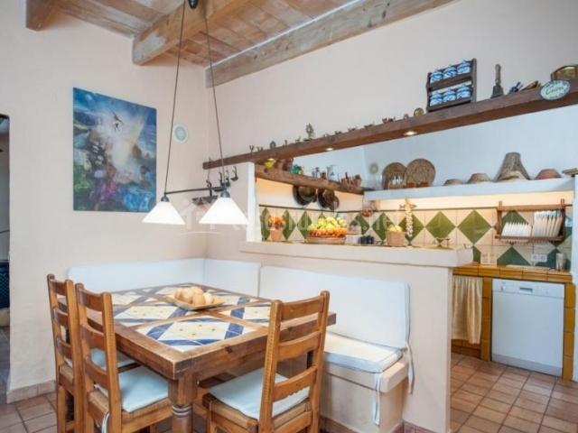 Cocina tradicional con mesa de comedor