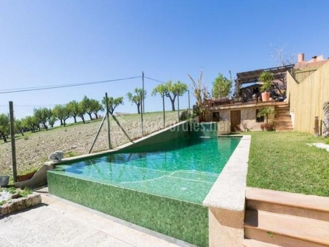 Vistas de la piscina amplia en el exterior