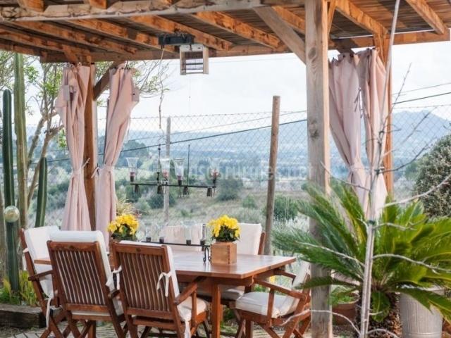 Vistas del cenador con techo de madera
