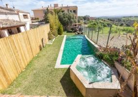 Acceso a la piscina desde la terraza