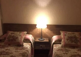 Dormitorio de matrimonio con lamparilla