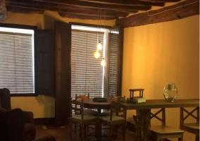 Sala de estar con mesa frente a los sillones
