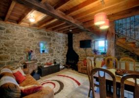 Comedor y salón con paredes de piedra