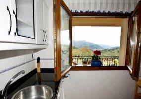 Cocina con ventana y armarios