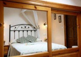 Dormitorio de matrimonio reflejado
