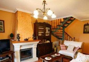 Sala de estar en naranja con chimenea en el frente