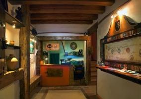 Entrada con puerta de madera y pared de piedra