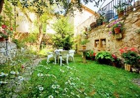 Casa rural con jardín y mesita