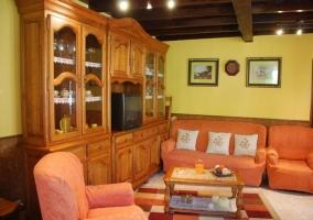 Sala de estar con mueble de madera y alacena