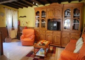 Sala de estar con sillones en naranja y alfombra