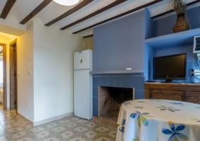 Sala de estar en tonos azules y salida al exterior