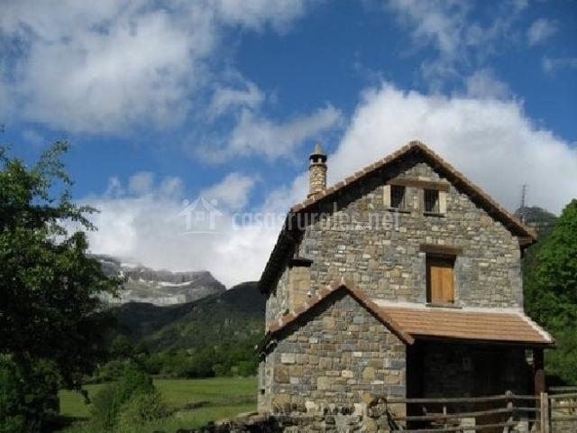 Fachada lateral de la casa en piedra