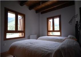 Habitación doble con ventanas y vigas de madera