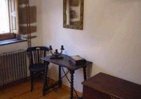 Sala de estar con mesa redonda y pared de piedras