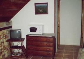 Sala de estar con mesilla y espejo