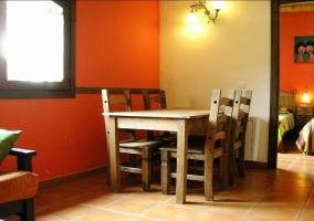 Sala de estar con sillones y mesita delante