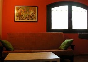 Sala de estar con mesa al lado y mesita auxiliar