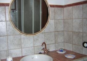 Aseo con espejo de forma redonda