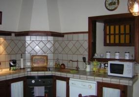 Cocina completa con mesa en el centro