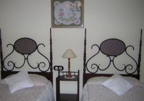 Dormitorio doble con originales cabeceros de madera