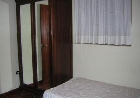 Dormitorio doble con originales cabeceros y armario