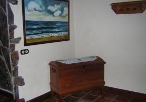 Entrada a la casa con mueble de madera en la esquina