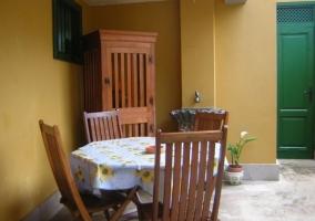 Vistas del porche de la casa con mesa y sillas para comer