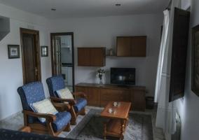Sala de estar con sillones y mesa de madera auxiliar