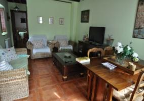 Sala de estar con tonos verdes y detalles de madera