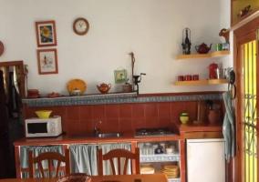 Cocina con sala de estar y comedor comunicados