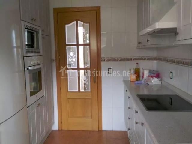 Cocina en color blanco con su horno y microondas