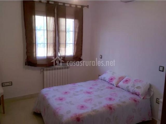 Dormitorio de matrimonio con mesillas en blanco