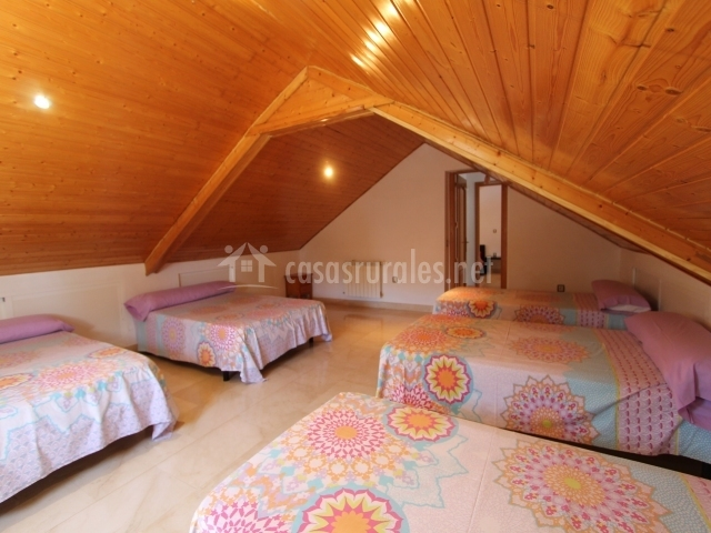 Buhardilla con varias camas