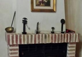 Sala de estar con sillones y chimenea enmarcada en ladrillo