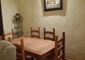 Sala de estar con sillones tapizados en amarillo