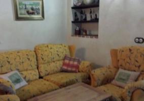 Sala de estar con chimenea en el centro y detalle decorativo
