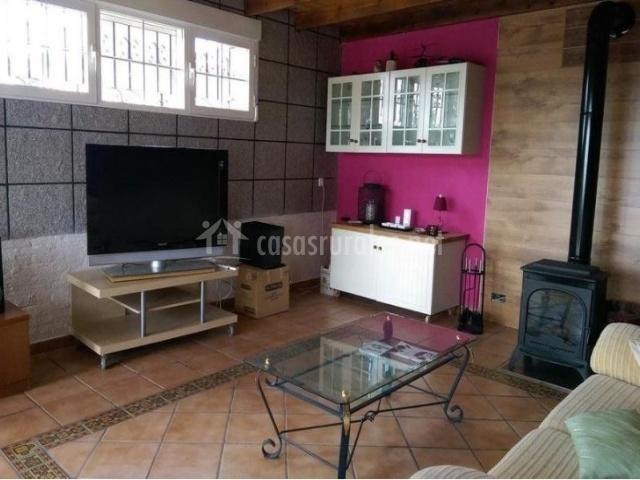 Sala de estar con parte de la pared en color morado