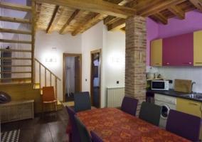 Cocina de colores con techos de madera