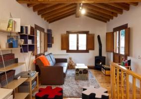 Sala de estar con chimenea y suelos de madera