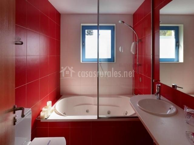 Aseo de la casa con jacuzzi en tonos rojos