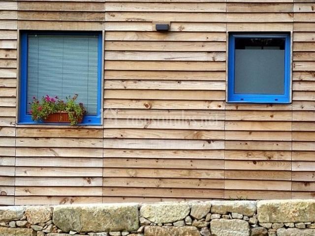 Vistas de la fachada con ventanas adornadas